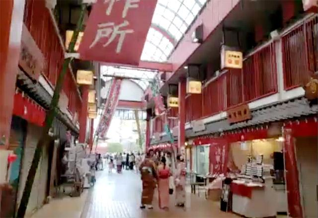 『Tra to La(トラットラ)』 赤いアーチが印象的な「西参道商店街」
