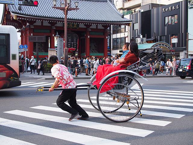 搭乘「人力車」在淺草觀光