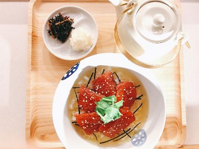 「漬け鮪の漁師風だし茶漬け」780円(税抜)