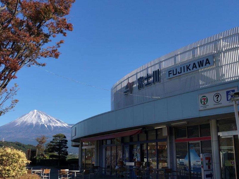 スタバからの絶景!「富士川サービスエリア下り」は小さいながら面白いお土産が沢山のSA