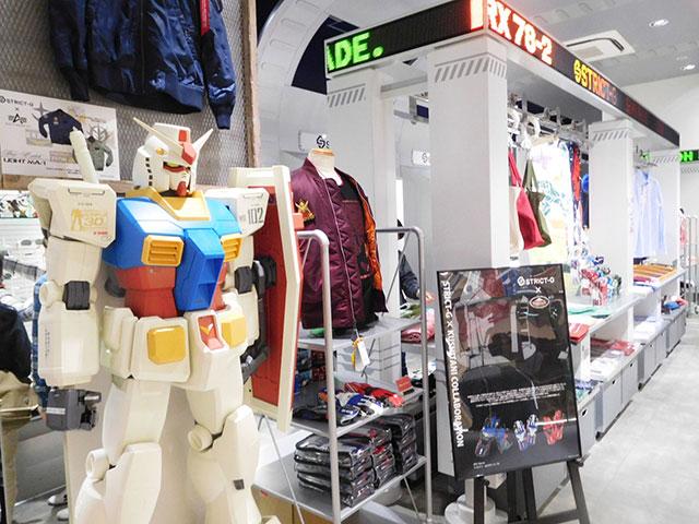 「STRICT-G」店内入り口でガンダムがお出迎え / ©創通・サンライズ