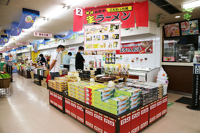 佐野ラーメンはショッピングコーナーにもずらりと並びます