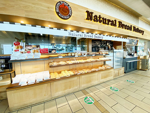 Natural Bread Bakeryはフードコートの一角にあります