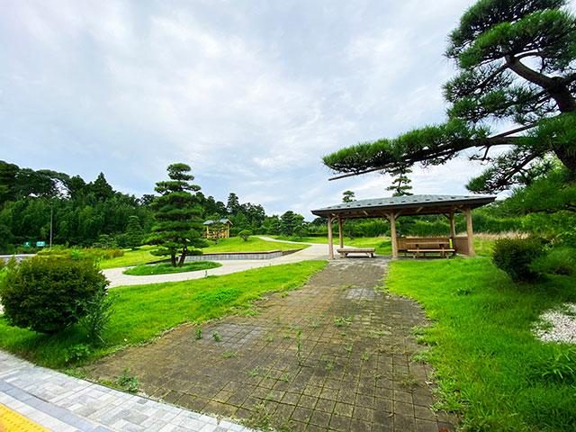 施設の横にある庭園