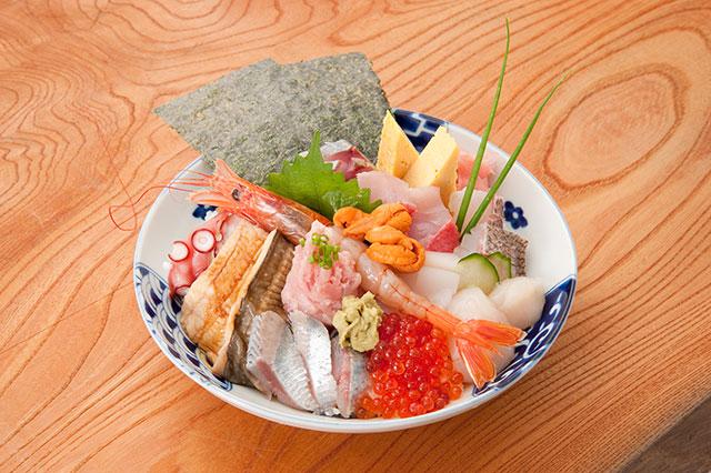 美しい「贅沢大漁祝丼」2,500円(税込)