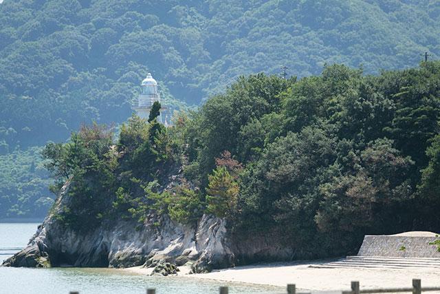 大久野島のビーチと灯台