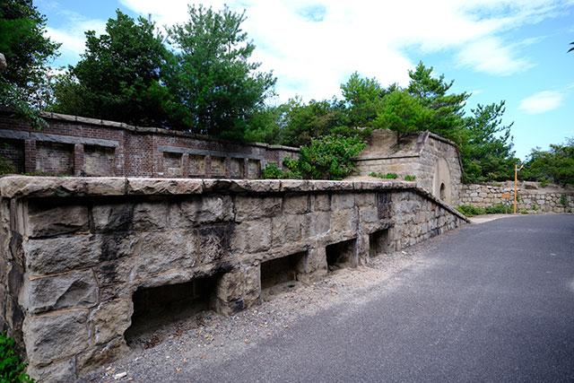 島のあちらこちらに残る砲台跡