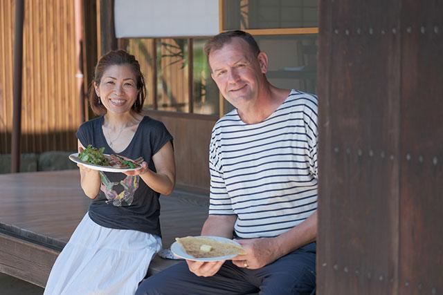 フランスブルターニュの出身パスカル・ディオンさんと、竹原市出身の奥さまが迎えてくれます