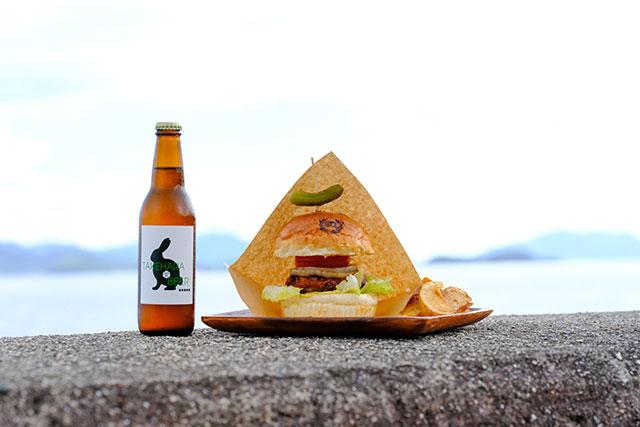 竹原市内でつくられたこんにゃくを練りこんだもっちりバンズのハンバーガー
