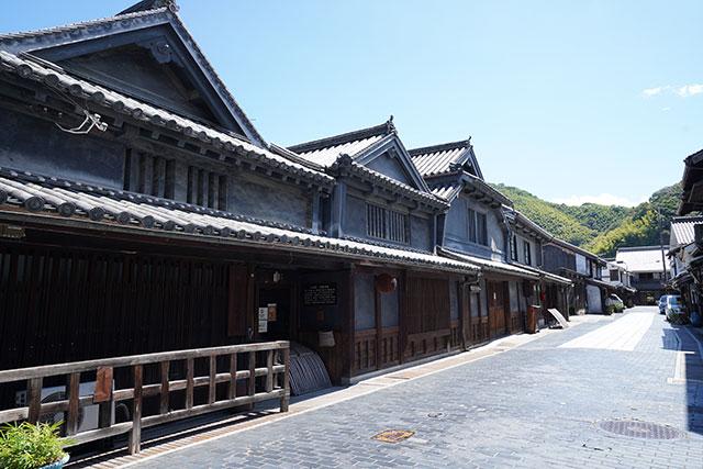 灰色漆喰が趣ある竹鶴酒造のお屋敷の屋根は3軒並ぶ「右肩上がり」になっています