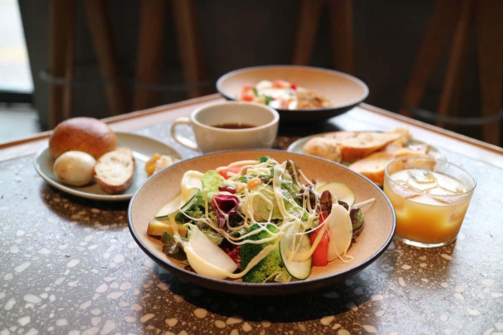 「fresh cheese salad」單點600日圓,麵包吧套餐1000日圓(皆未稅)