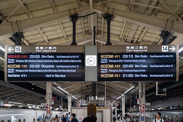 電子看板上顯示Nozomi、Hikari號等班次資訊