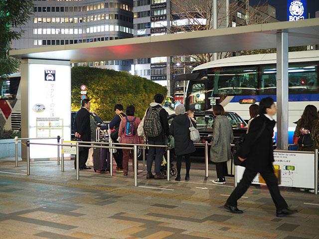 역에서 찾을 수 있는 택시 승강장