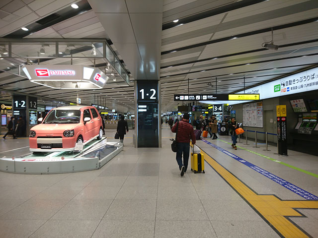 新大阪駅 新幹線の乗換口から出たら、一番奥のホームを目指して直進!