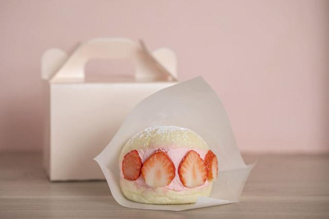 いちごBonBonBERRY ATAMI HOUSE. 「いちごのクリームバーガー」430円(税込)