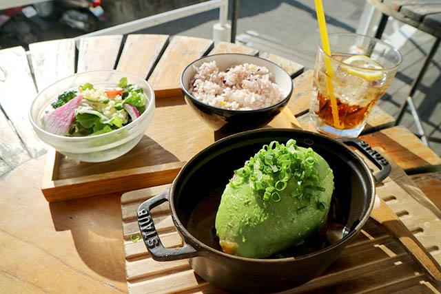 アボカド和牛ハンバーグ with 菜の花 西洋ワサビソース 1600円(税抜)