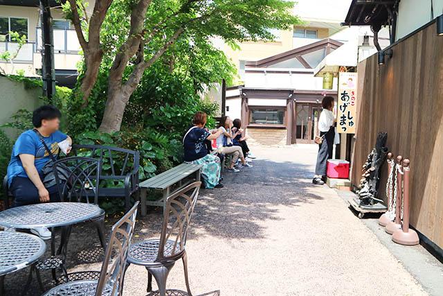 鎌倉J's(ジェイズ)がある「雪ノ下ガーデン」は椅子もテーブルもあってのんびりできますよ♪