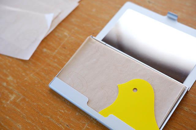 開けると顔をのぞかせる黄色いハトがかわいい!