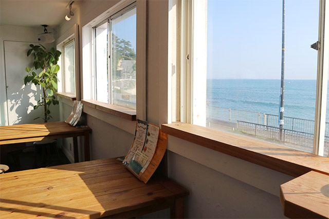 2階席からは海の絶景を楽しむことができます