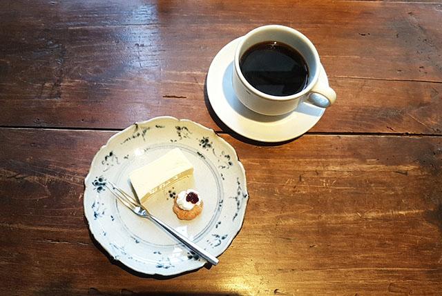 小さくて濃厚なチーズケーキ 500円 / おいしいコーヒー 600円(ともに税込)