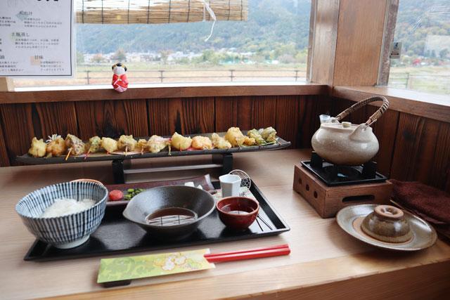 舞妓飯嵐山店 「一六色のひとくち串天ぷら膳」2750円(税込)