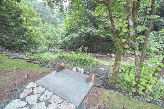 "「KEIKOKU GLAMPING TENT」のSUITE TENTから直接階段で下りられる""プライベート渓谷"""