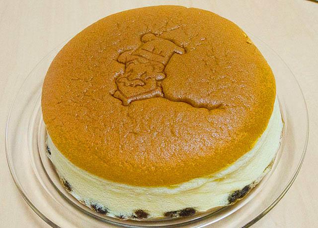 りくろーおじさんの「焼き立てチーズケーキ」6号18cm 735円(税込)