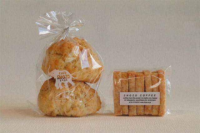 左から「プレーンスコーン」350円/「チーズクッキー」280円(ともに税込)