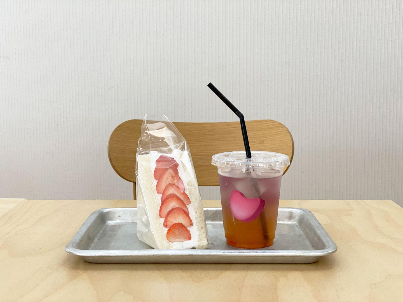 旬の果物を使ったフルーツサンドイッチ 520円(税込) /蜂蜜とレモンのジャスミンティー 600円(税込)※メニューは常に変動するため販売終了している場合がございます