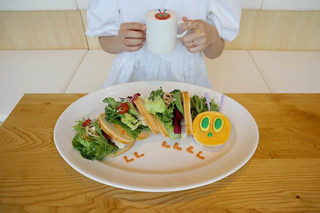 はらぺこあおむしのサンドイッチ 2400円(税抜) / あおむしラテ 600円(税抜)