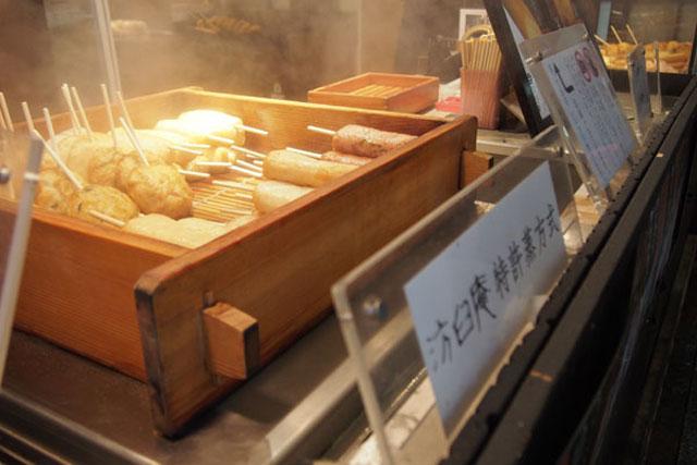 汸臼庵 店頭のセイロのなかにはふっくら熱々の棒天ぷらが
