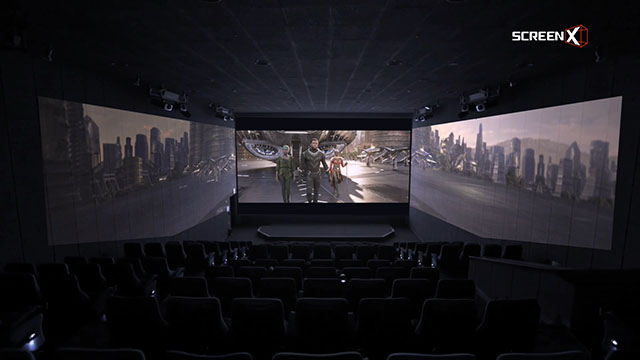三面で映像が楽しめる「ScreenX」