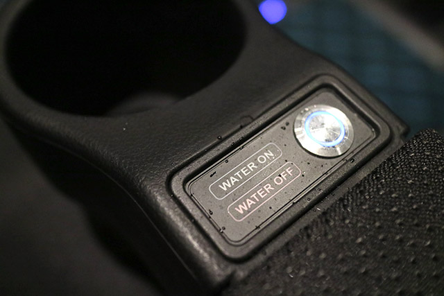 水しぶきは手元のボタンでON/OFF切り替え可能