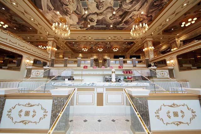 「レ レーヴ サロン・ド・テ」の店内は、頭上に輝くシャンデリアがパリの劇場のよう!
