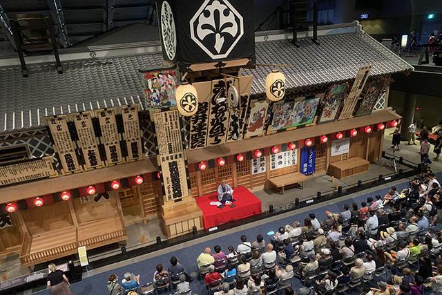 歌舞伎の芝居小屋である中村座前は大賑わい
