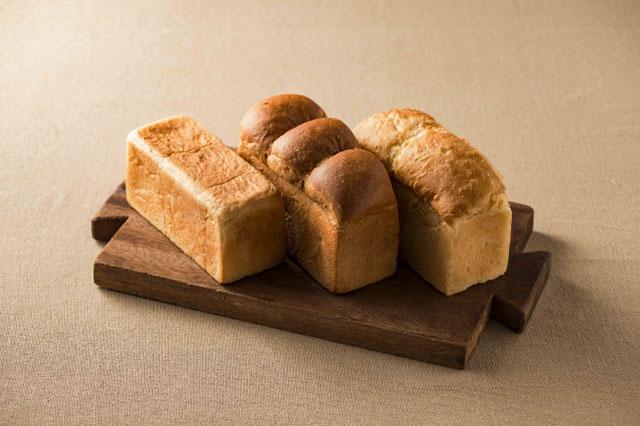 從左邊開始「365日×吐司麵包」290円、「北海道×吐司麵包」 420円、「福岡×吐司麵包」 360円 ※售價皆為一斤的含稅價格