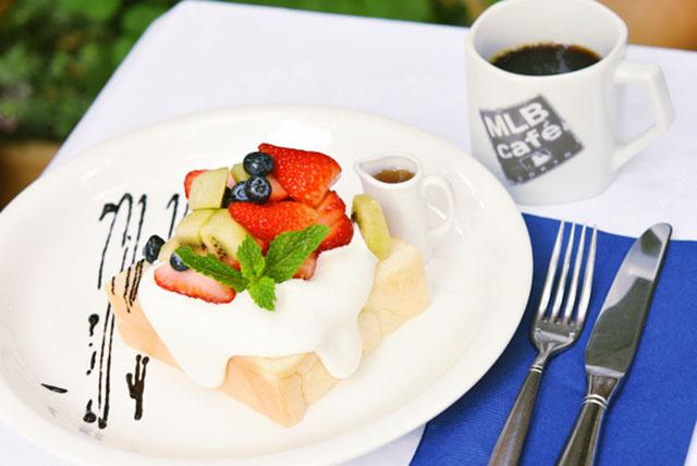 MLB Café TOKYO×PANYA  ASHIYAコラボ「 フルーツ&クリームオープンサンド」1,200円(税込)※コーヒーor紅茶付き