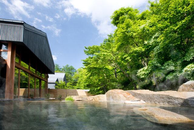 軽井沢の自然を感じながら温泉につかれるなんて最高!