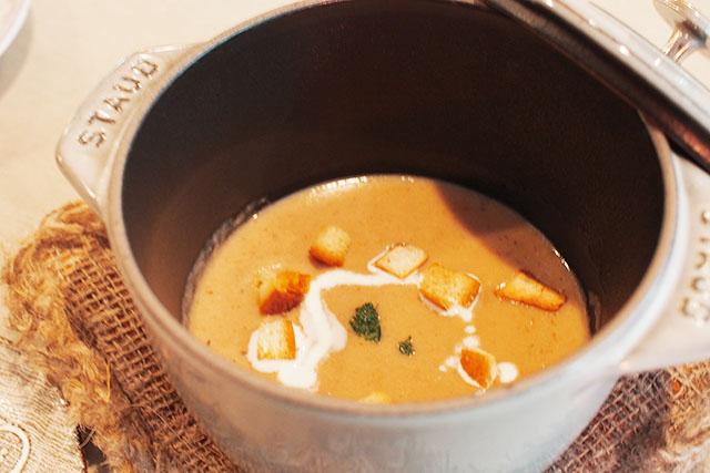 セットメニューにつく「5種のきのこスープ」 好みでクルトンとフレッシュミルクをON!