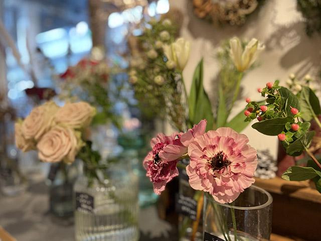 1階のジュウニブンベーカリー店内ではお花も販売しています