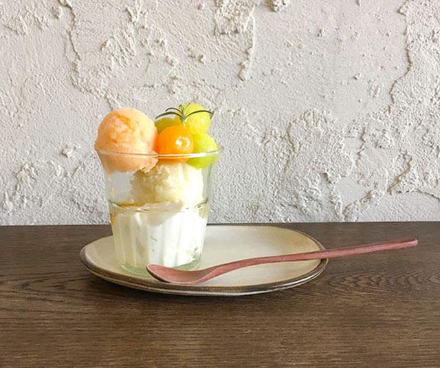 メロンのパフェ(パンナコッタ・パッションソース・メロンアイス) 950円