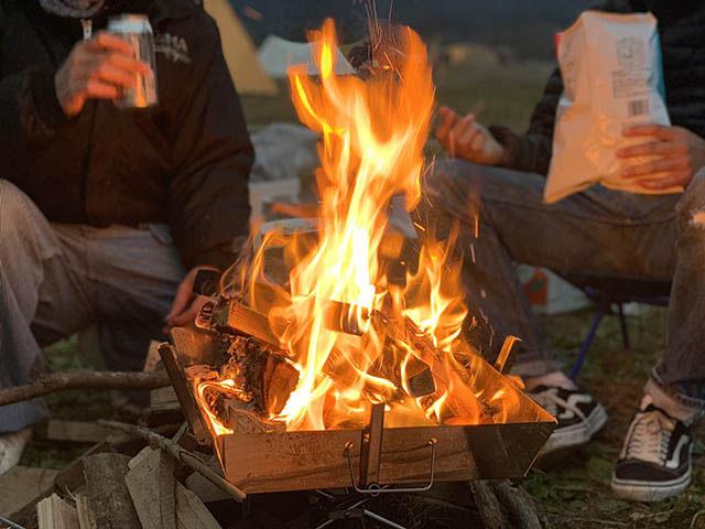 焚火を囲んで夜を楽しみましょう