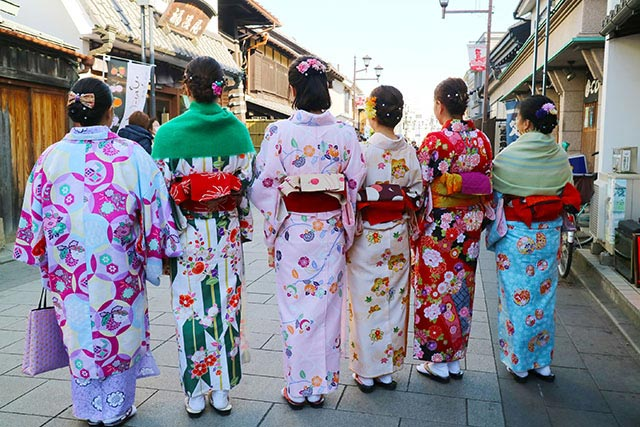 趣のある街並みに色鮮やかな着物が映えます