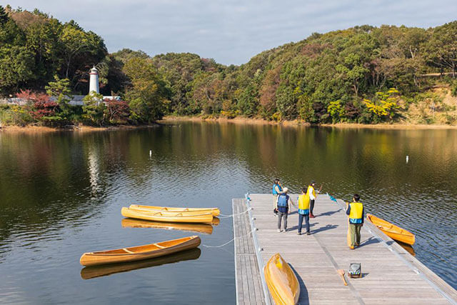 湖ではカヌーを楽しむことも!