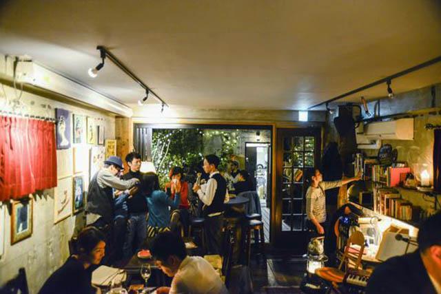 魅力的な生演奏はもちろん、お昼時にもゆっくり読書を楽しめたりと、まさに大人のカフェ。
