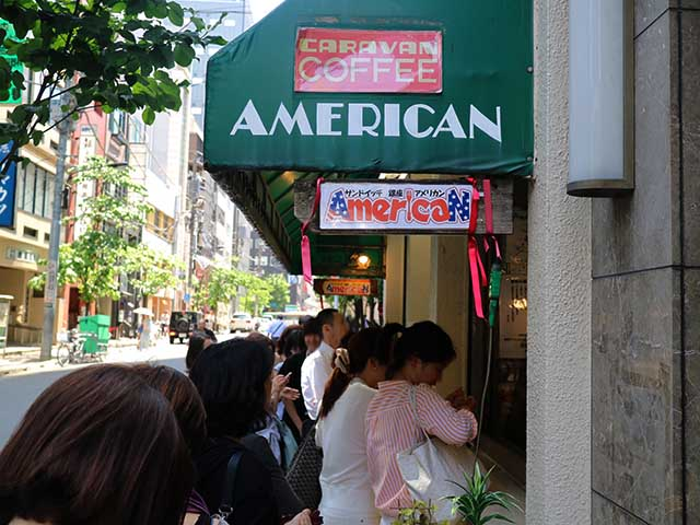 平日でも並ぶ大人気店。パンがなくなり次第終了なので早めに行くのをおすすめします。