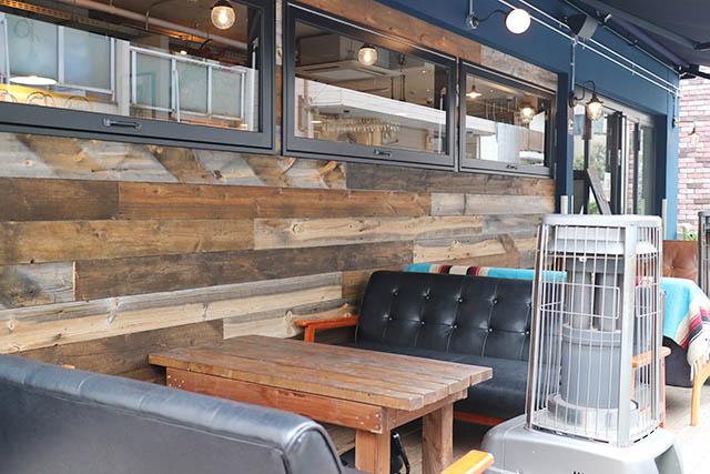 テラス席とカウンター席のほかにテーブル席もあります