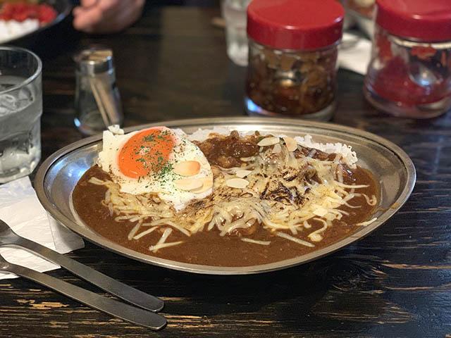 牛すじ炙りチーズカレーライス 1000円 + 目玉焼き 150円