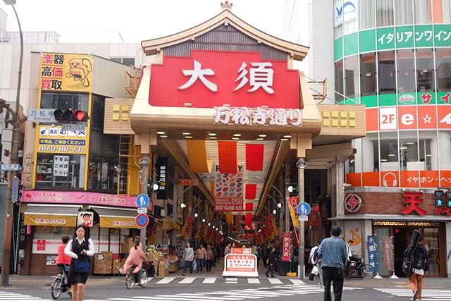 ダイナミックな赤いゲートの「大須商店街」