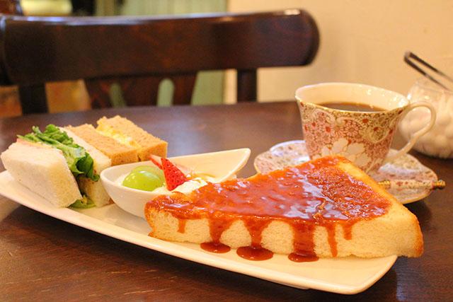 土日限定「カフェ・ド・リオン(Cafe de Lyon)」でドリンク代だけでいただけるモーニング。